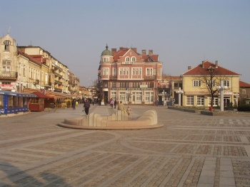 1280px-Lom-central-square.jpg