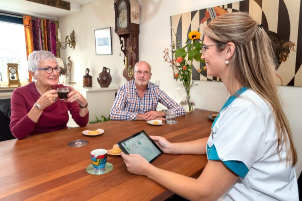 Omring employee Sharon with home care patients