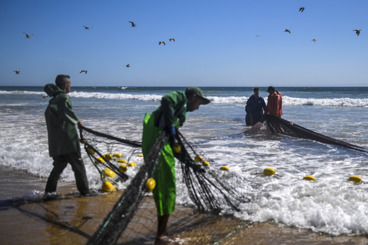 Fishermen pulling the fishing net out of the sea © European Union, 2020