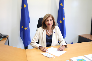 Commissioner Kyriakides signing the first contract with the company AstraZeneca