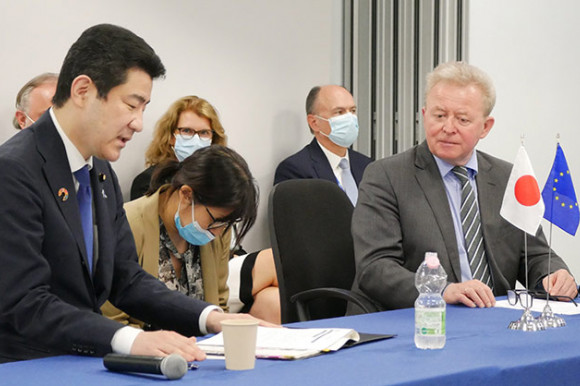 Photograph of EU Commissioner Janusz Wojciehowsk and Minister for Agriculture, Forestry and Fishery of Japan Kotaro Nogami