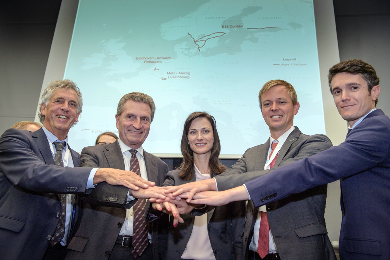 Commissioners Gabriel and Oettinger standing hands in hands with  representatives from Germany, the Netherlands and Spain