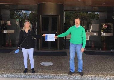 photo of two representatives of the municipality of Albufeira receiving the WiFi4EU voucher