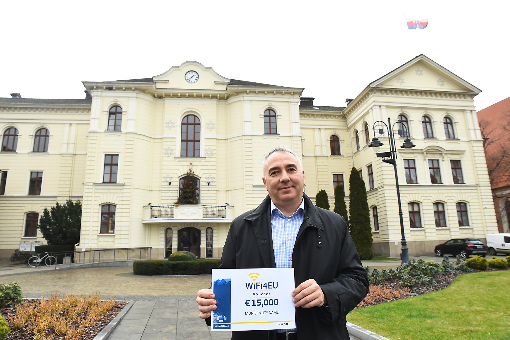 Mayor of Bydgoszcz, Poland, with WiFi4EU voucher
