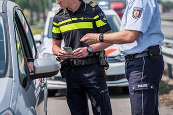 Dutch and German police officers at work. ©Reiner Oberhaus