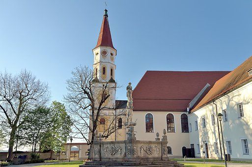 The cross-border towns of Braunau am Inn, Austria (its St. Pankratius church pictured), and Simbach am Inn, Germany, have developed a marketing strategy to promote their attractions. ©CC0 Creative Commons