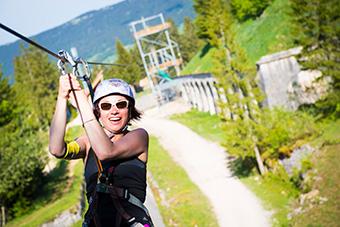 Woman on a zip wire at the Commando Games of the Fort des Rousses (France).   ©Société de Gestion de la Station des Rousses, SAEM SOGESTAR / Benjamin Becker (2017)