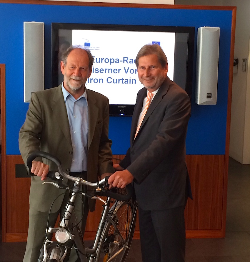 Commissioner Hahn presents the EU project 'Europa-Radweg Eiserner Vorhang' with MEP Michael Cramer in Vienna