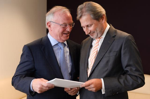 Luc van den Brande hands over his report on Multilevel Governance and Partnership to Commissioner Johannes Hahn