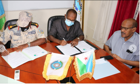 Saleban Omar Oudin (center), the President of the Djiboutian Human Rights Commission (CNDH) signs the agreement about the cooperation with the coast guards in the field of migration